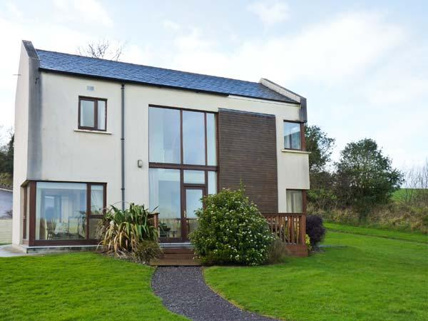2 CASTLE QUAY, lovely river views, en-suite, excellent detached house near Kinsale, Ref. 906405 - Image 1 - Ballinadee - rentals