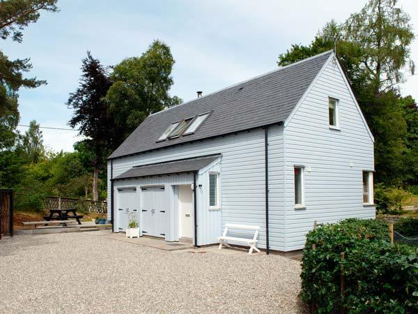 VETLANDA, detached, woodburning stove, off road parking, garden, in Newtonmore, Ref 906844 - Image 1 - Newtonmore - rentals