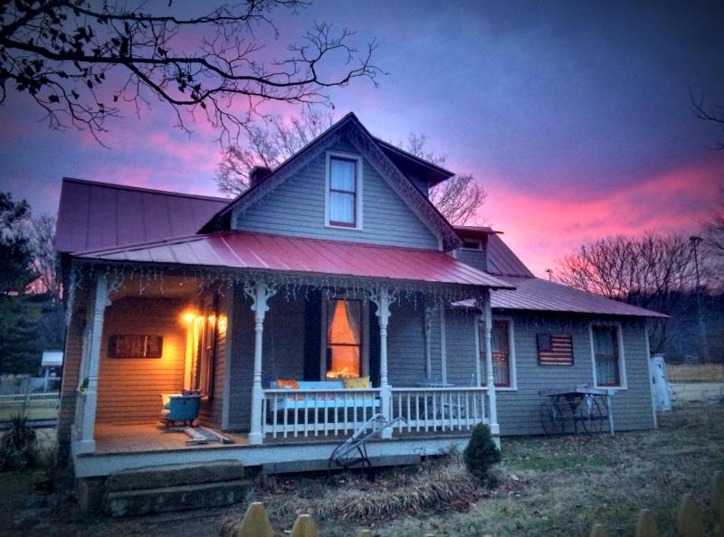 Tin Roof Cottage at dusk invites you to swing on the porch and unwind. - Tin Roof: Picturesque Cottage in Leiper's Fork - Franklin - rentals