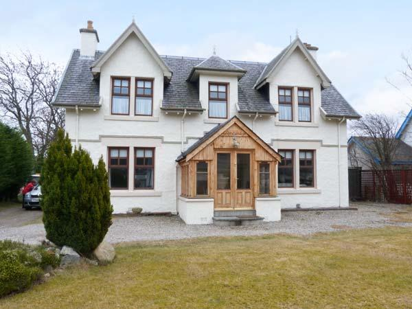 GLENCANISP, detached family cottage with en-suite, stoves, sun rooms, garden, in central Aviemore, Ref 904899 - Image 1 - Aviemore - rentals