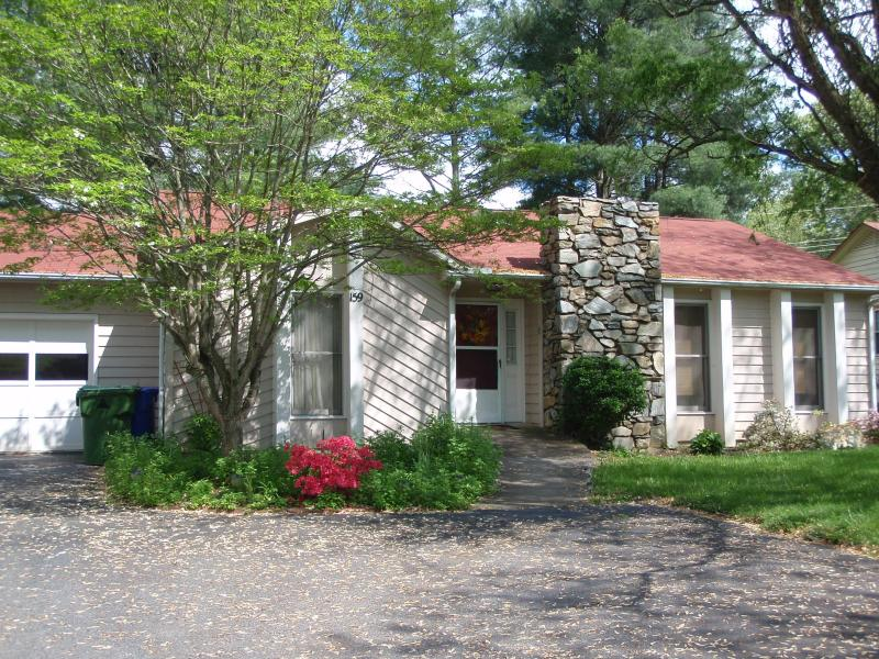Lovely Ranch Home with 1 Car Garage and parking - RANCH HOME/WALK TO LAKE, BOOK NOW FOR DECEMBER HOLIDAYS ALSO LONG TERM JAN-APRIL - Asheville - rentals