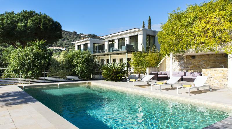 Pet-Friendly, Modern Villa in l'Escalet, 5 Bedrooms, Sleeps 10- St Tropez - Image 1 - Saint-Tropez - rentals