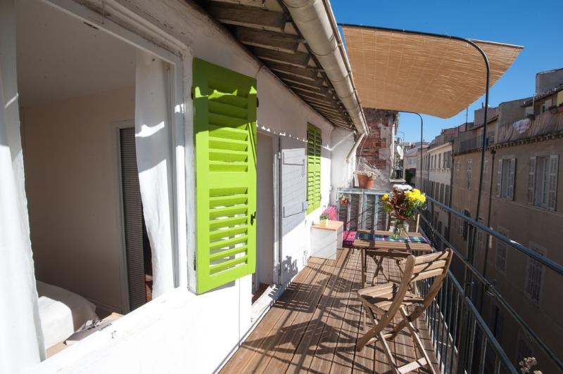 Superb, Cheap, Quiet Marseille 2 Bedroom Flat, 5 min walk to Railway Station - Image 1 - Marseille - rentals