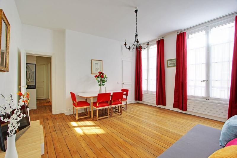 Living room - Elegant Two Bedrooms Paris near Place Furstemberg - Paris - rentals