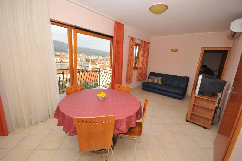 Penthouse  with a swimming pool and old city wiew - Image 1 - Trogir - rentals