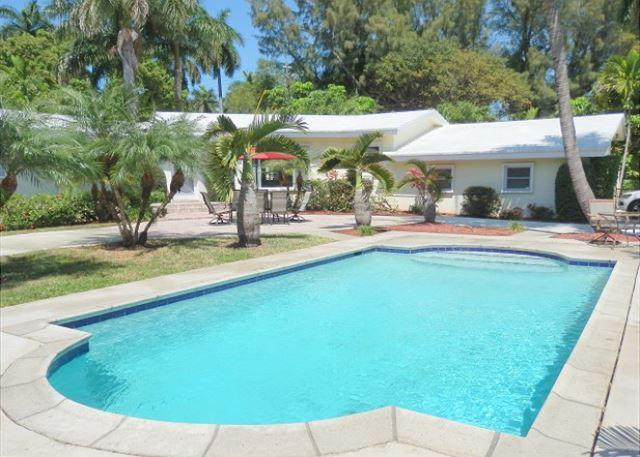 Stately 3/3 Large Heated Pool Near Beach 10 guests 1301 - Image 1 - Hollywood - rentals