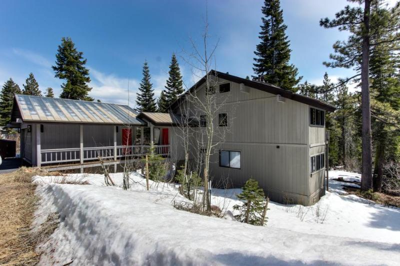 Ski-in/ski-out with jetted tub & three bedrooms! - Image 1 - Tahoe City - rentals