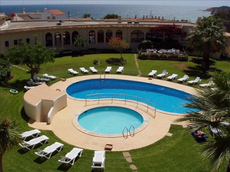 1 BEDROOM APARTMENT FOR 2 IN A BEACHFRONT 3 STAR RESORT, WITH POOL AND FREE WI-FI IN OLHOS D'AGUA, ALBUFEIRA REF. CML136367 - Image 1 - Olhos de Agua - rentals