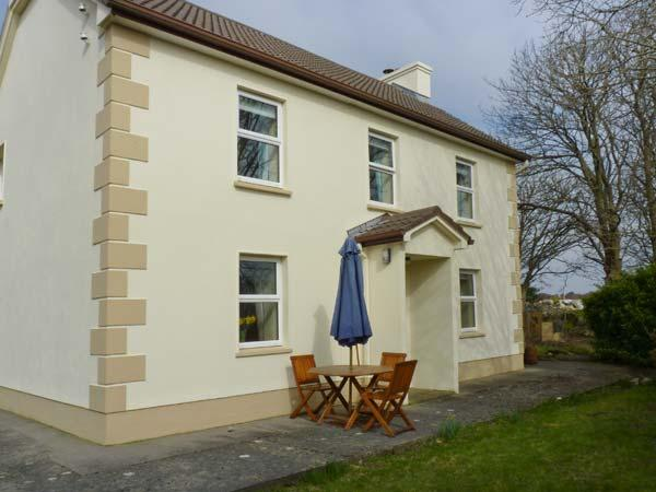 TIGH DARBY, detached, near seaside village, off road parking, garden, in Spiddal, Ref 906470 - Image 1 - Spiddal - rentals