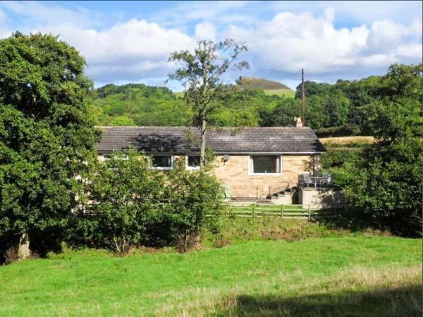 BROOK HOUSE, pet-friendly single-storey cottage, pasture views, cosy accommodation, close coast, moors, Great Ayton Ref 911786 - Image 1 - Great Ayton - rentals