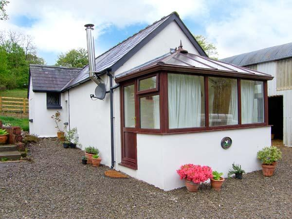 GWYNFRYN COTTAGE, woodburner, pet-friendly, open plan studio cottage near Pencader, Ref. 912385 - Image 1 - Pencader - rentals