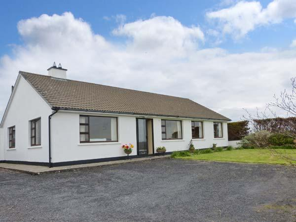 THE BUNGALOW, ground floor, garden with furniture, open fire, Ref 912583 - Image 1 - Lisdoonvarna - rentals