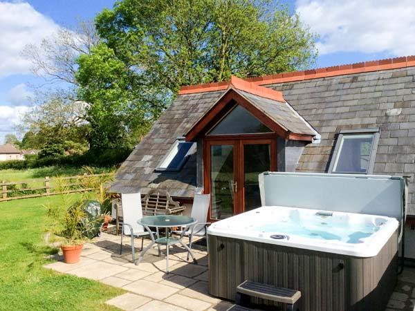 THE LOFT, wet room, lawned garden and patio, hot tub, WiFi, Ref 913050 - Image 1 - Walford - rentals