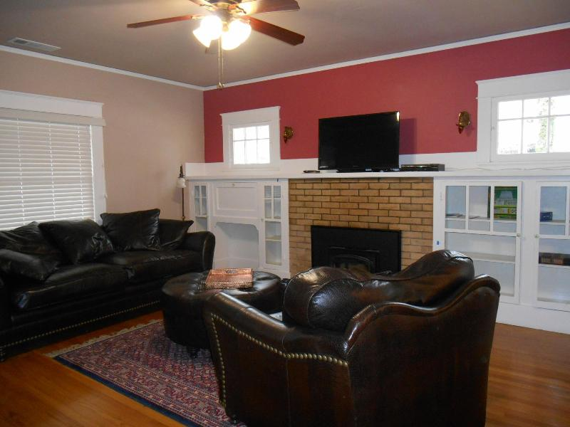 Cozy fireplace and built-ins add to the charm - Walk  to Downtown Restaurants, Park, Wine Tasting - Paso Robles - rentals