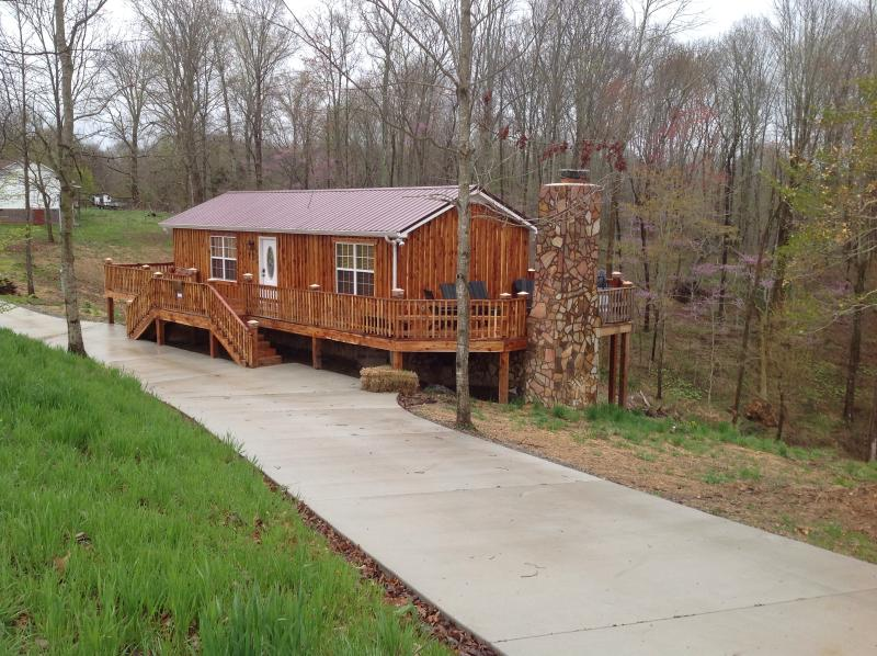 Uniquely hand crafted from red cedar, concrete driveway for parking - Cedar Cabin Lynchburg, TN - Lynchburg - rentals