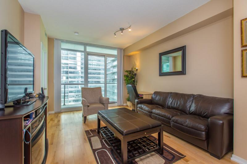 Living Room - Luxurious/Corporate One Bedroom + Den Condo  ~ Maple Leaf Square ~ Air Canada Centre ~ Downtown Toronto Financial Distriict - Toronto - rentals