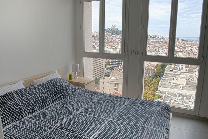 Master bedroom - queen size bed - view on Notre Dame de la Garde and sea - Belvéd'air - stunning view Notre Dame de la Garde - Marseille - rentals