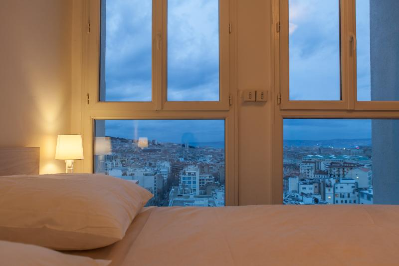 Master bedroom - queen size bed - view on Notre Dame de la Garde and sea - Belvéd'air - stunning view Notre Dame de la Garde - Marseille - rentals