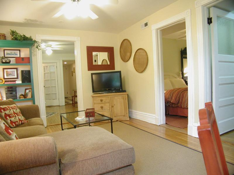 Quick & Easy walk to the 'L' train...SLEEPS 3 - Image 1 - Chicago - rentals