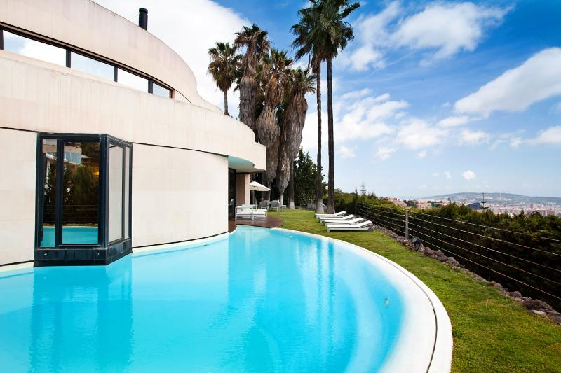 Exterior picutre, main facade, swimming pool and garden. - BARCELONA - Lux Villa with pool 10min downtown - Barcelona - rentals