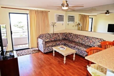 Comfortable living space with flat screen television - Kihei Shores Spacious 3 bedroom / 2 Bath Condominium - Kihei - rentals