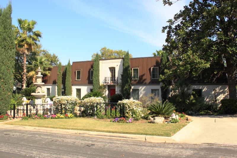 Front - La Casa-Designer Estate Paradise-5 Min-Airport - San Antonio - rentals