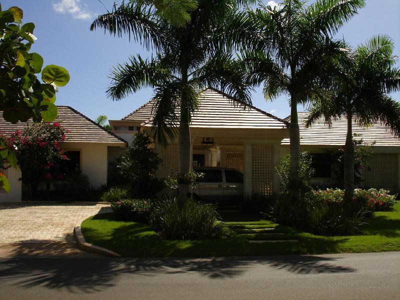 Villa Tamarindo Entrance - Villa Tamarindo, Full Staff, Up To 40% Off! - La Romana - rentals