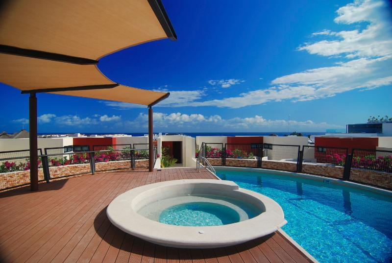 Lovely Pool and jacuzzi with sea views! - Nice condo, only steps to the beach, perfect for 6 - Playa del Carmen - rentals