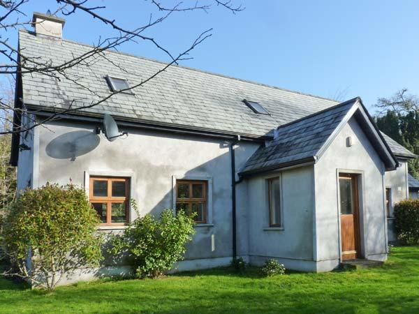 NIRE VALLEY RIVER COTTAGE, riverside cottage, woodburner, en-suite, near Ballymacarbry, Ref 905647 - Image 1 - Ballymacarbry - rentals