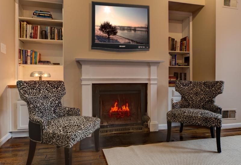 Living room with wood fireplace and TV - Lovely Street in Georgetown, Bright corner house - Washington DC - rentals