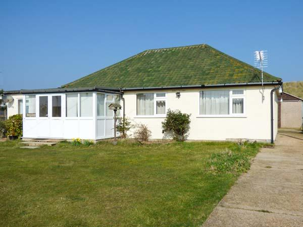 MIN-Y-DON, detached bungalow, lawned garden, pet-friendly, ideal family home, in Eccles-on-Sea, Ref 904633 - Image 1 - Lessingham - rentals
