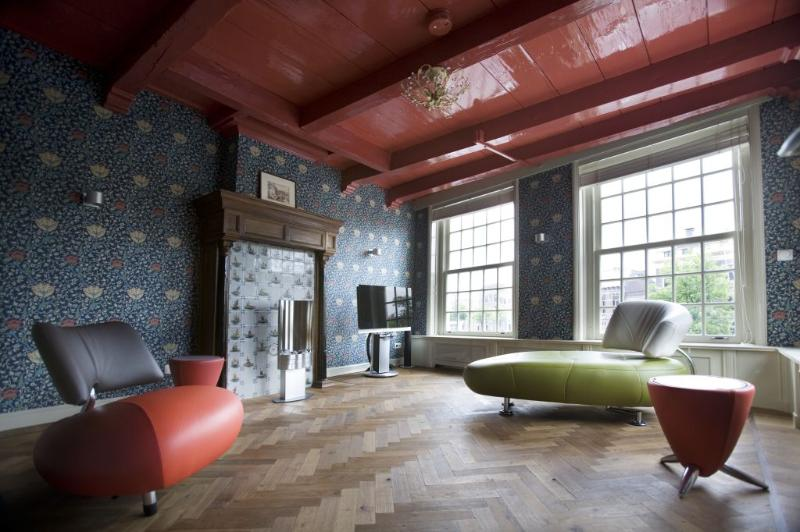 Living room in 17th century style with modern furniture - Romantic Riverside View Apartment - Haarlem - rentals