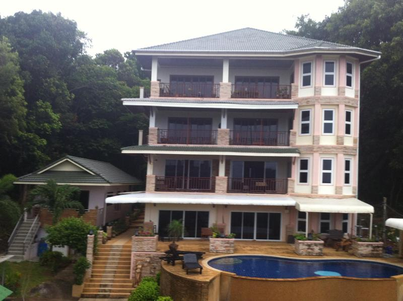White flower apartment building - 2 Bedroom apartment 65sm in front of swimming pool - Ko Lanta - rentals