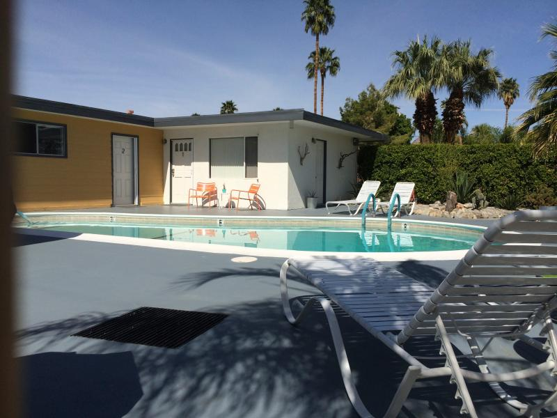 Palm trees and blue skies from the pool - Mid Century Complex for 10 people - Palm Springs - rentals