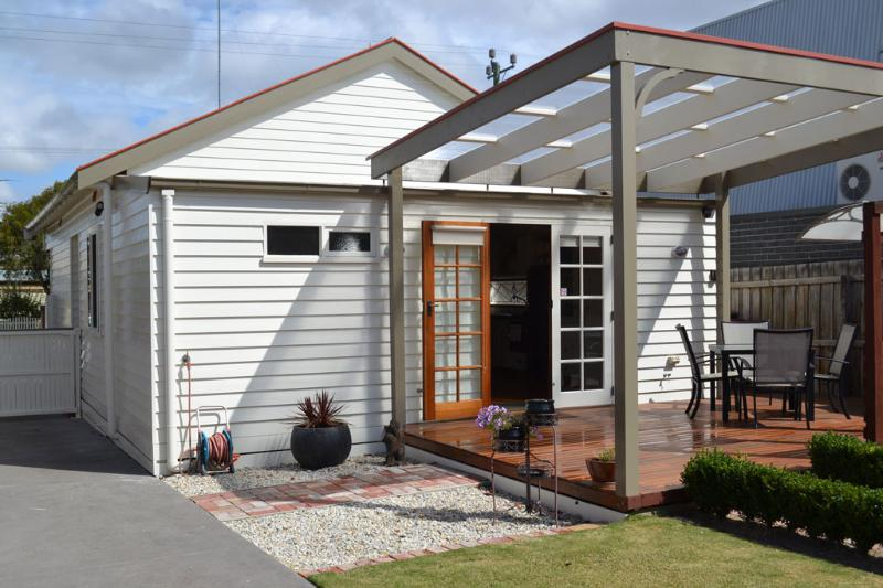 Our lovely back deck with pergola and BBQ - Lawson's Cottage - Geelong - rentals