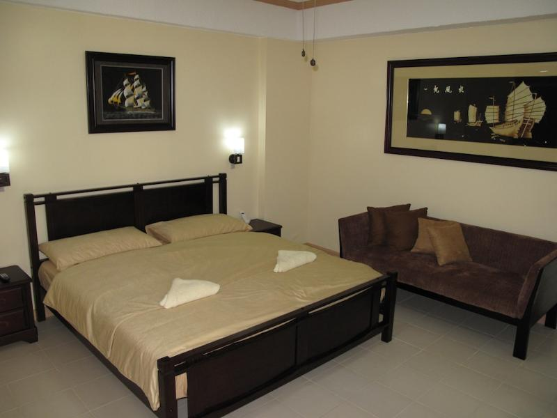 Bedroom with King Size Bed - Suite 1602, Elegant 1Br. Suite Central Makati - Makati - rentals