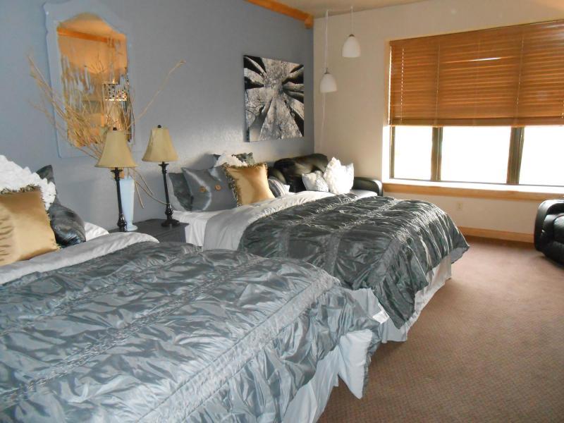 2 Queen Beds plus Sofa Sleeper sleeps 5 - Cedar Breaks Lodge sleeps 5.. indoor pool/hot tubs - Brian Head - rentals