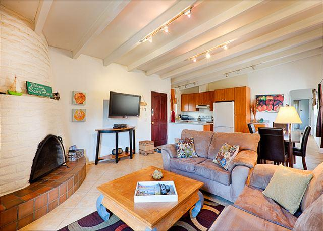 Living room is open to kitchen and dining area - La Jolla Beach Condo with Sunset Views - La Jolla - rentals