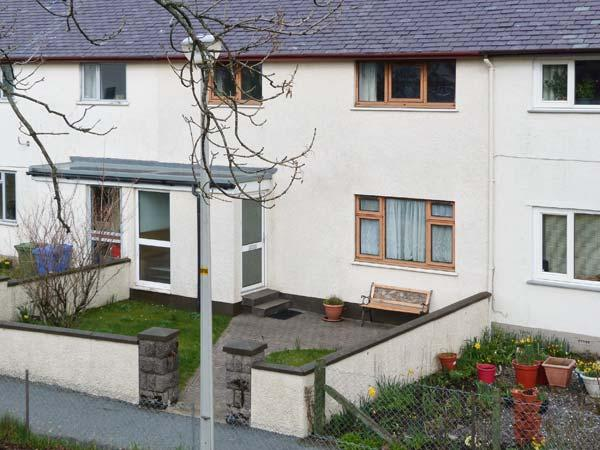 7 HARPORT COTTAGES, terraced property, next to Loch, lawned gardens, wonderful views, in Carbost, Ref 905318 - Image 1 - Carbost - rentals