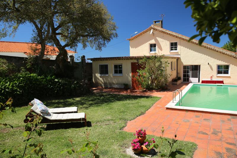 The villa has a private pool & garden, and is in the Sintra hills, close to a village near the coast - Villa in Sintra Natural Park: pool garden country - Sintra - rentals