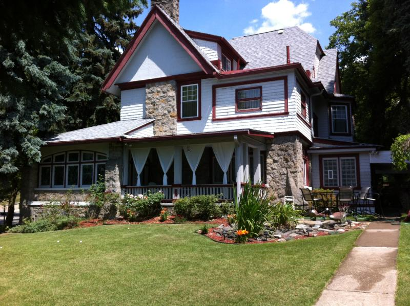 Back Garden - Le Maison du Paix (Rent Entire House) - Pittsburgh - rentals