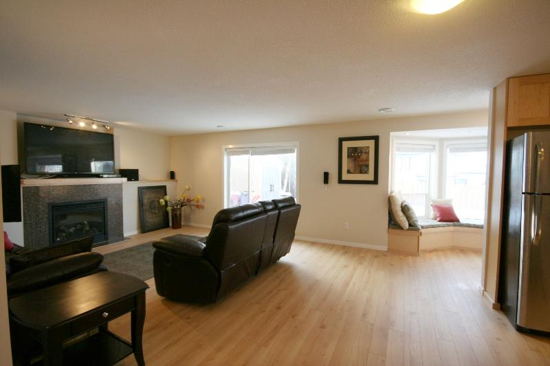 Sunny, Bright, Newly Renovated - Family Retreat – Modern 2 Bdm 2 Bath with backyard - Calgary - rentals