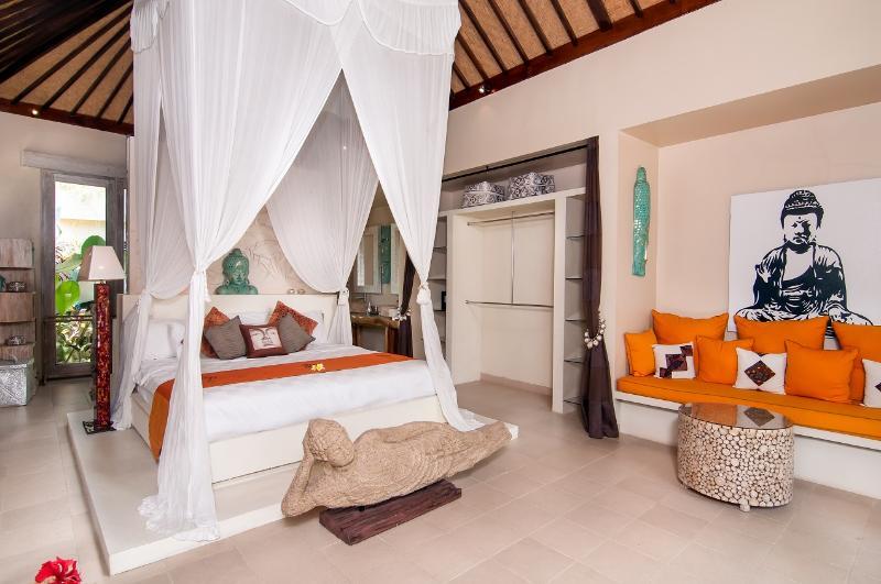 Master bedroom with comfortable sofa - Cozy 3 Bedroom Villa in Seminyak, Great Location - Seminyak - rentals