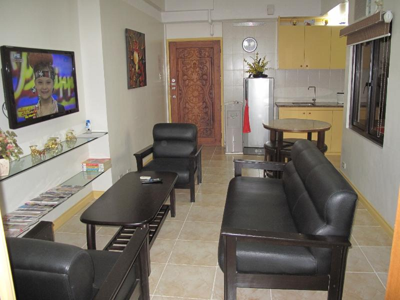 Living area - Spaciois Twin Queen Bed Suite Makati Avenue (606) - Makati - rentals