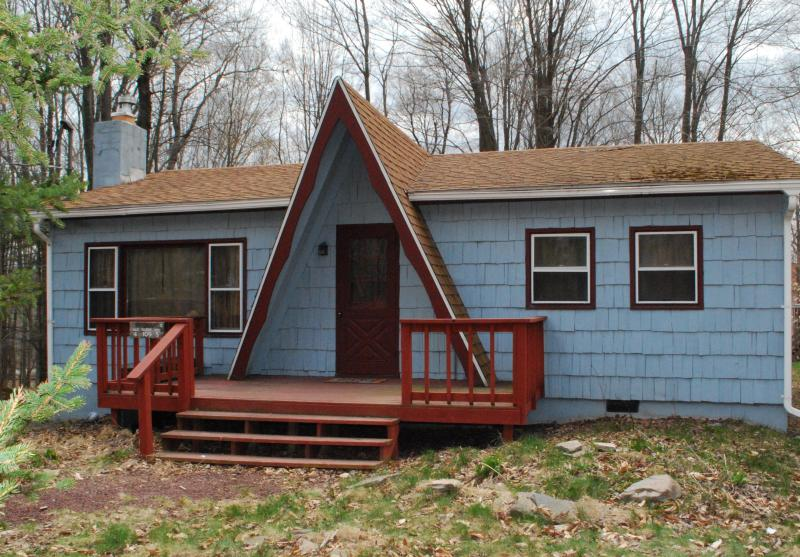 Front view of House - Clean Cozy Chalet ~ Perfect POCONO LAKE Getaway ~ WiFi - Pocono Lake - rentals