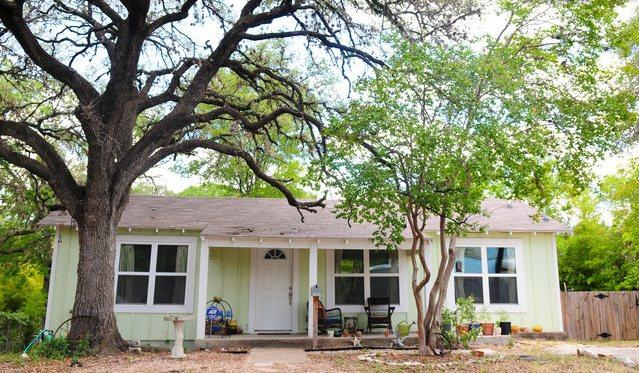 Stay in a charming bungalow in the heart of everything in Austin's hottest area. - Walkable, Charming & Central Home - Austin - rentals