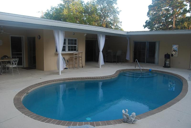 Open Pool Area with Eating area and bar - Roomy Open 2/2 Pool Home & Pet Friendly Yard - Sarasota - rentals