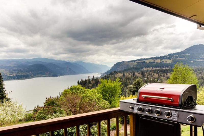 Stunning views of the river & Mt Hood from this home w/two decks, game room - Image 1 - White Salmon - rentals