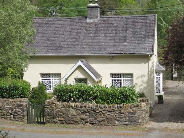 RIVER RUN COTTAGE, ground floor bedroom and bathroom, multi-fuel stove, lawned garden, Ref 904588 - Image 1 - Avoca - rentals