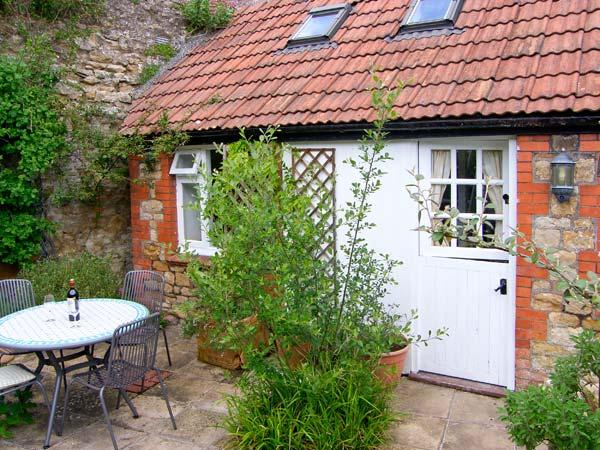 THE OLD STABLE, WiFi, patio with furniture, ground floor room and shower room, Ref 907002 - Image 1 - Sherborne - rentals